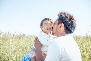 娘にキスをする父の写真素材 [FYI01820021]