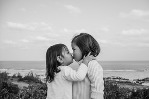 キスをする可愛らしい子供たちの写真素材 [FYI01820041]