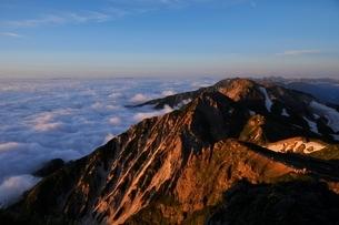 朝日に染まる杓子岳と後立山連峰の峰々の写真素材 [FYI01820045]