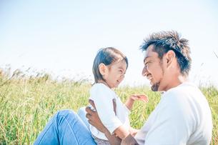 草原で戯れる親子の写真素材 [FYI01820067]