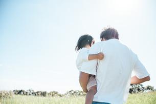 子供を抱く親の後ろ姿の写真素材 [FYI01820070]