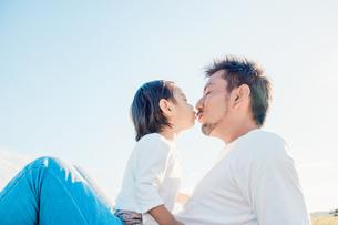 キスをする親子の愛しい姿の写真素材 [FYI01820080]