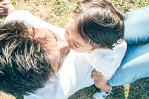 キスをする親子の愛しい姿の写真素材 [FYI01820106]
