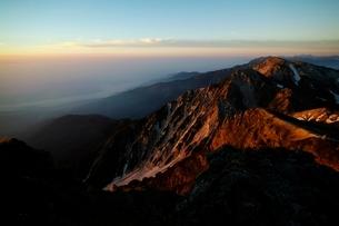 モルゲンロートの杓子岳と白馬鑓ヶ岳の写真素材 [FYI01820111]