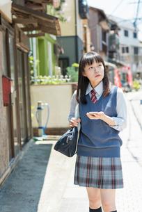 女子高生 スマートフォン 見るの写真素材 [FYI01820112]