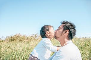 キスをする親子の写真素材 [FYI01820119]