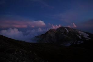 薄暮の杓子岳と白馬鑓ヶ岳の写真素材 [FYI01820128]