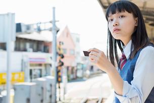女子高生 通学 電車の写真素材 [FYI01820141]