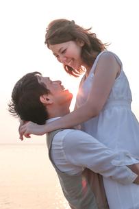見つめ合う幸せそうな新郎新婦の写真素材 [FYI01820158]