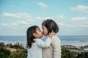 キスをする可愛らしい子供たちの写真素材 [FYI01820160]