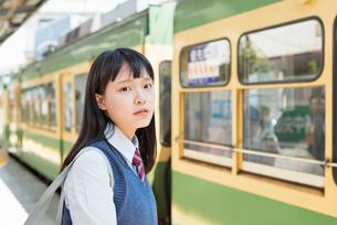 女子高生 通学 電車の写真素材 [FYI01820173]