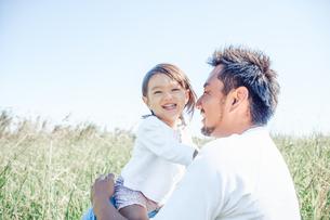 草原で戯れる親子の写真素材 [FYI01820183]