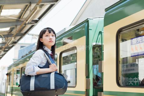 女子高生 通学 電車の写真素材 [FYI01820188]