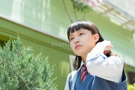 女子高生 登下校 玄関前の写真素材 [FYI01820197]