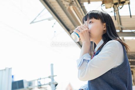 女子高生 通学 電車の写真素材 [FYI01820200]