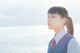 女子高生 海 光の写真素材 [FYI01820218]