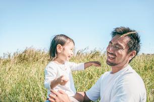 草原で戯れる親子の写真素材 [FYI01820231]