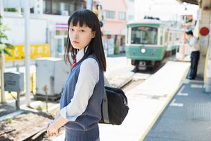 女子高生 通学 電車の写真素材 [FYI01820267]