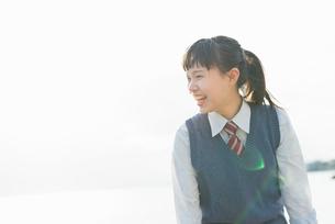 女子高生 海 裸足 はしゃぐの写真素材 [FYI01820282]
