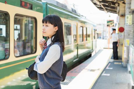 女子高生 通学 電車の写真素材 [FYI01820285]
