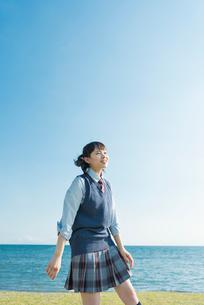 女子高生 海 草原 リラックスの写真素材 [FYI01820287]
