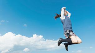 女子高生 ジャンプ 青空の写真素材 [FYI01820292]