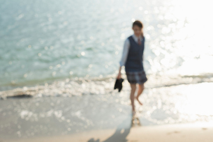 女子高生 海 裸足 はしゃぐの写真素材 [FYI01820295]