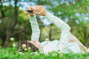 スマホで音楽を聴く女性の写真素材 [FYI01820306]