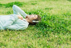 スマホで音楽を聴く女性の写真素材 [FYI01820309]