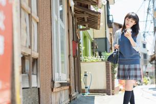 女子高生 スマートフォン 見るの写真素材 [FYI01820316]