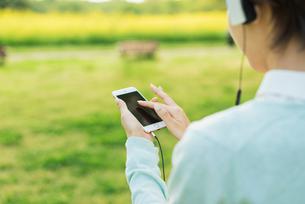 公園で音楽を聴くの写真素材 [FYI01820322]