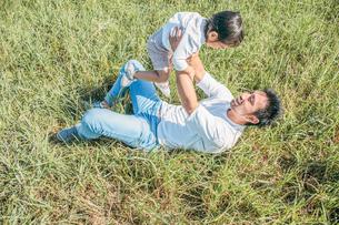 草原で戯れる親子の写真素材 [FYI01820330]