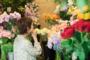 花を買う若い女性の写真素材 [FYI01820334]