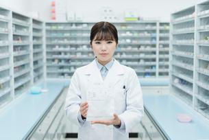 薬局 若い女性 薬剤師の写真素材 [FYI01820355]