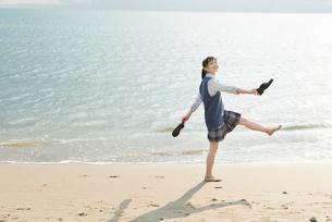 女子高生 海 裸足 はしゃぐの写真素材 [FYI01820373]