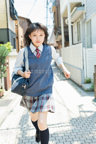 女子高生 登下校 玄関前の写真素材 [FYI01820383]