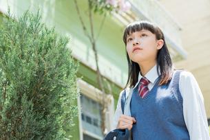 女子高生 登下校 玄関前の写真素材 [FYI01820386]