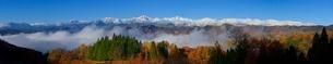 紅葉と雪化粧をした北アルプスのパノラマの写真素材 [FYI01820388]