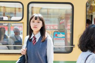女子高生 通学 電車の写真素材 [FYI01820392]