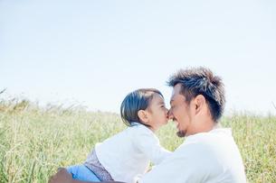 パパの鼻にキスをする子供の写真素材 [FYI01820403]
