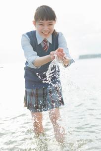 女子高生 海 裸足 はしゃぐの写真素材 [FYI01820404]