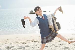女子高生 海 裸足 はしゃぐの写真素材 [FYI01820405]