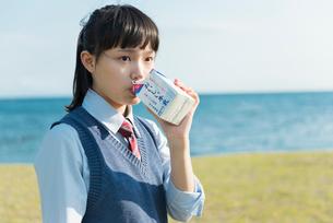 女子高生 海の写真素材 [FYI01820419]