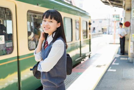 女子高生 通学 電車の写真素材 [FYI01820423]