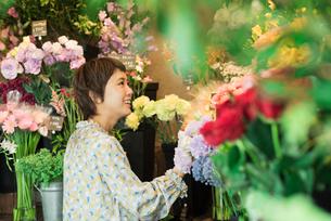 花を買う若い女性の写真素材 [FYI01820424]