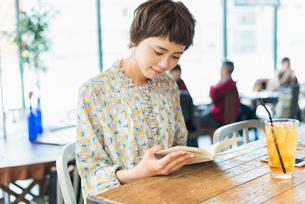 カフェで読書をする女性の写真素材 [FYI01820427]