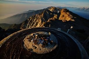 白馬岳山頂の風景指示板の写真素材 [FYI01820432]