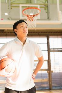 バスケットボール ミドル男性の写真素材 [FYI01820438]