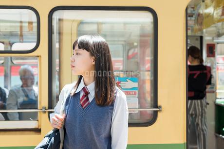 女子高生 通学 電車の写真素材 [FYI01820451]