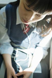 女子高生 通学 電車の写真素材 [FYI01820486]